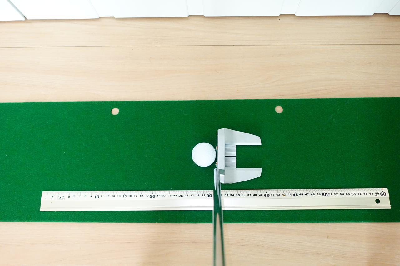 画像: 定規を置きストロークの幅や割合を確認する練習法