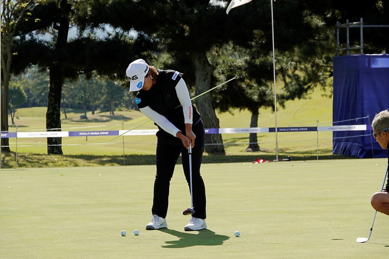 画像: 両わきの下にスティックを挟みテークバックを取らずにボールを押すように練習する鈴木愛(写真は2019年のTOTOジャパンクラシック)