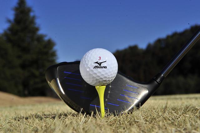 画像: ヘッドの上部がボールの赤道と同じ高さにある。これがティーアップの高さの標準だ