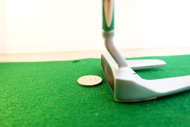 画像: 500円玉をフェース下部で打つドリルは集中力を養う