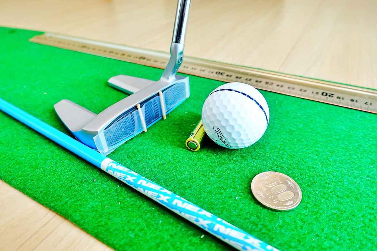 画像: 奥から定規、フェースに貼ったつまようじ、乾電池、500円玉、スティックが家練アイテム
