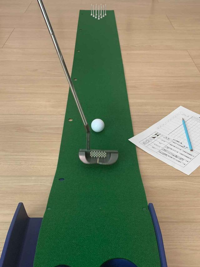 画像: 傾斜付きのマットは向きを反対にしてボーリングと同じルールで点数を競う