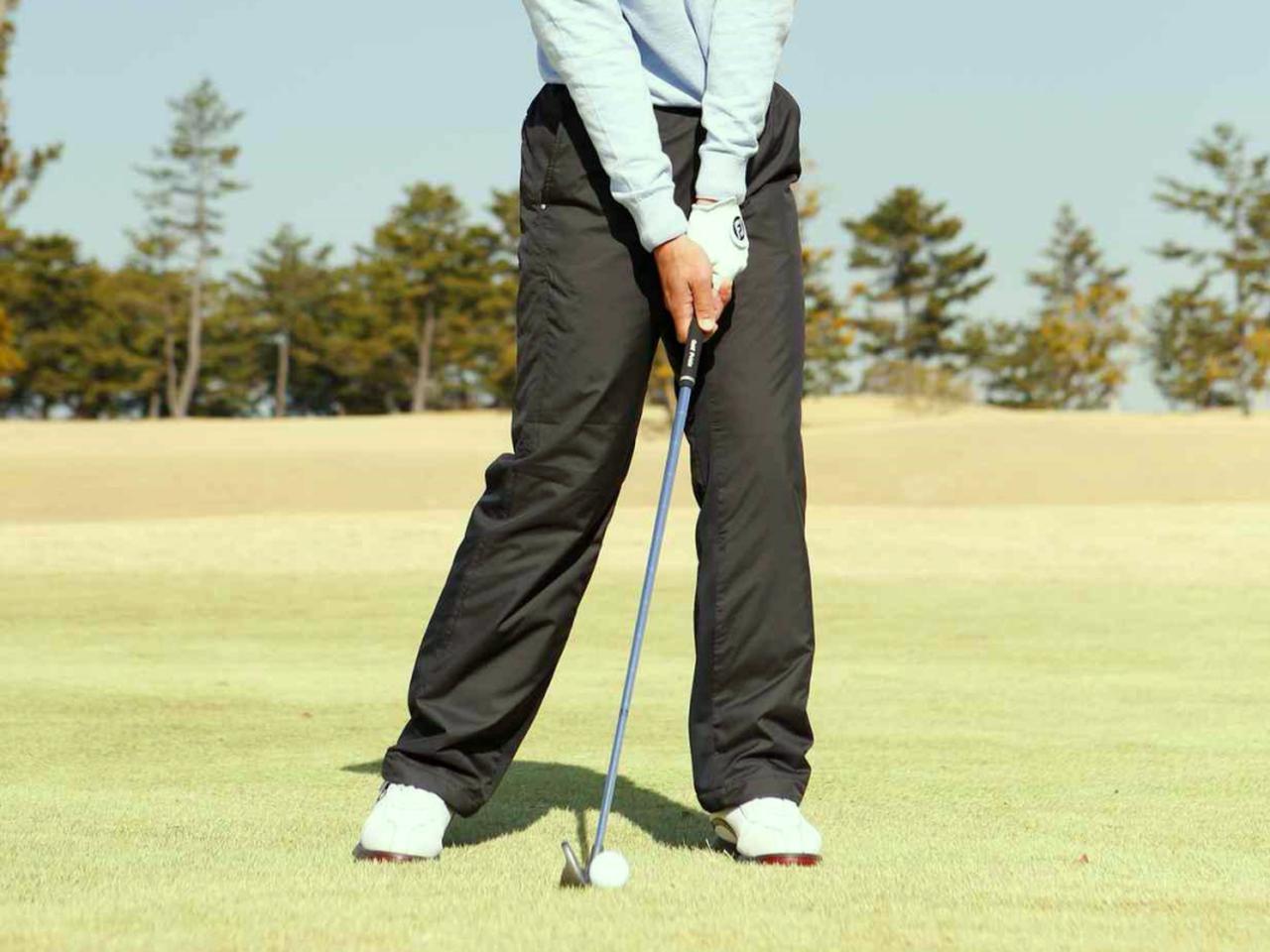 画像: ハンドファーストに構えてスウィングすることで、ヘッドはダウンブローでボールにインパクトできる