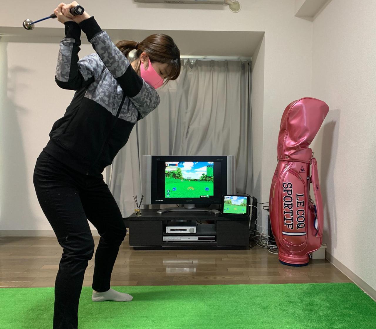 画像: S子はいつも自宅で練習している6畳くらいの部屋で試したので、練習用のクラブを使いました!アプローチやパッティングは普段通りのクラブでもいいかも