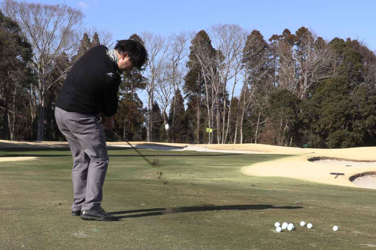 画像: RS-Wブラックアウトウェッジを使って50ヤードのアプローチを打つ吉田。果たして計測値は……?