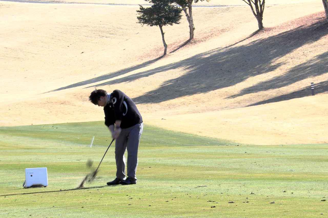 画像: 90ヤードのアプローチをする吉田。果たして計測値は……?