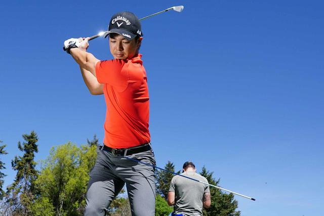 画像: しっかりと右腰が回っていると棒が体の左側に見えてくるため、トップではその辺りをチェックしているそうだ