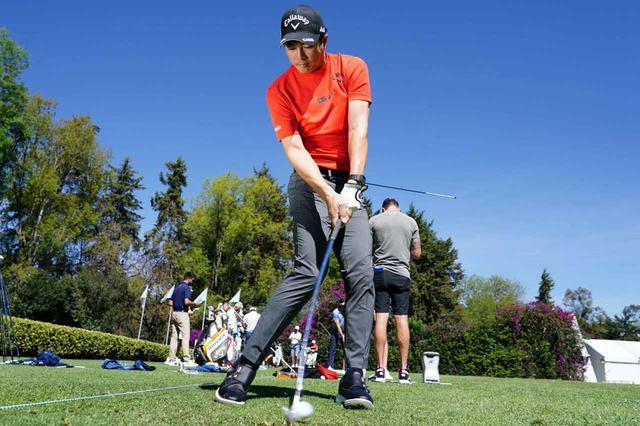 画像: 棒を使った練習を取り入れている選手のひとり、石川遼は「下半身の動きで球をつかまえることで、ヘッドの入りが安定してくる」という