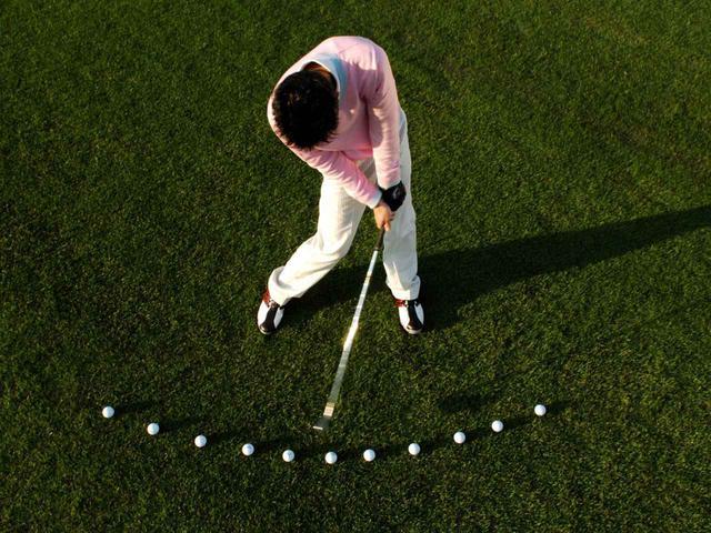 画像: インサイドイン軌道スウィングのゴルファーは、ボール位置を変えることでドロー・フェードを打ち分けられる(撮影/増田保雄)
