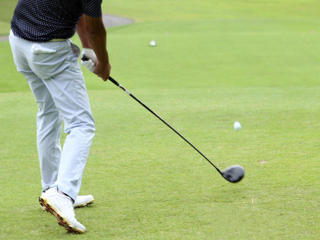 画像: ターゲットラインより左に打ち出て空中で右に曲がるボールを、フェードボールと呼ぶ