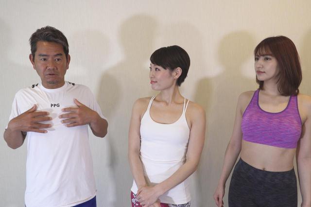 画像: 最近胸の可動域を意識しているとまりこ先生(写真中央)に話す藤田寛之。写真右は体験で参加しているモデルの斎藤千尋
