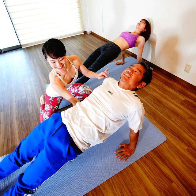 画像: 両手で腰を持ち上げ、足を長く伸ばして天井を見上げる。さすがの藤田も少し辛そうだ