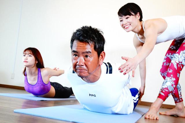 画像: うつぶせの状態からお尻の後ろで指を組み、上体を持ち上げる。