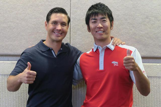 画像: 写真はクリス・コモ(左)と吉田洋一郎(右)が出会ったころのもの