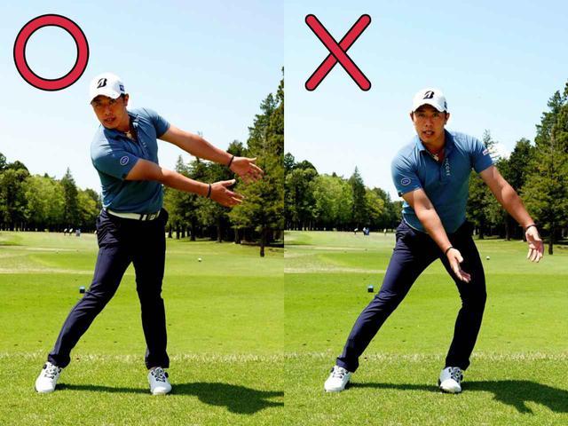 画像: フォローでは左足内側が浮かないように踏ん張ることで左サイドにブレーキをかけ、両腕を加速させることが正解(写真左)