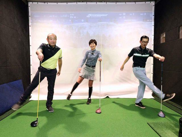 画像: 左手でクラブを杖のように持ち、右足を左右に振るストレッチ。この動きによって股関節が内転・外転する