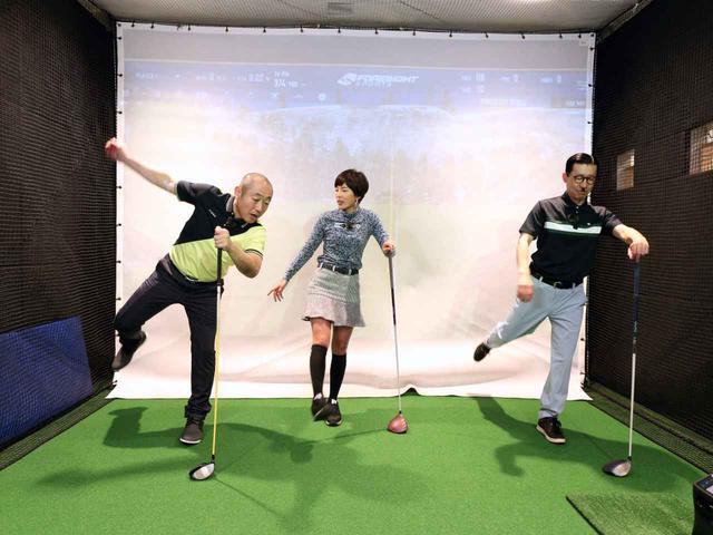 画像: 右足を前後に振り、股関節を屈曲・伸展させるストレッチ。体勢を崩しやすいので、左手でクラブを杖のように持って体を支えよう