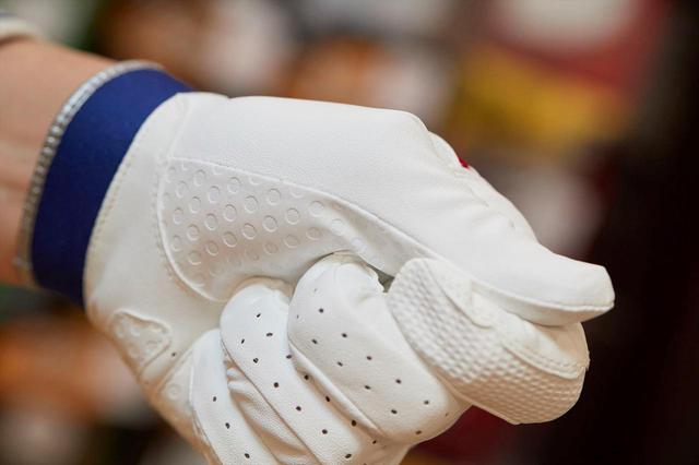 画像: 合成皮革を使ったグローブは、感触は天然皮革に及ばないが、耐久性の高さに優れる