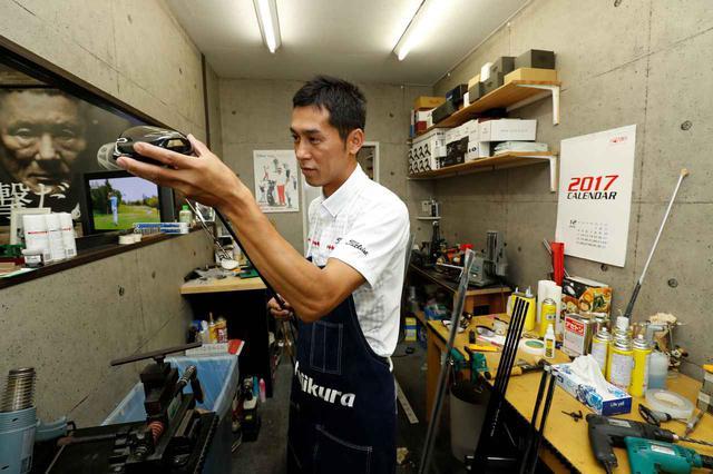 画像: シャフト交換はスウィングテンポに気を付けながら行う必要があると、「アフターゴルフ」のクラフトマン・佐藤順さんは言う