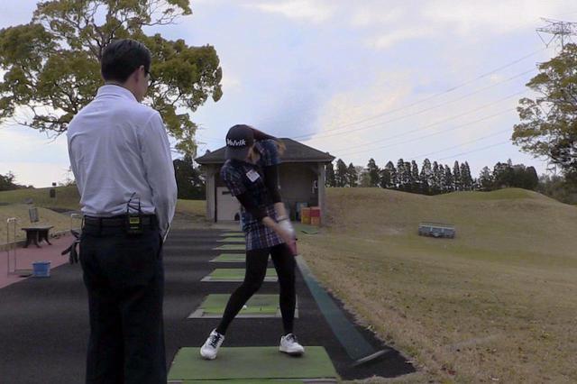 画像: 高島が披露したドライバーショットのお手本。体の軸を右サイドに保ったまま、ヘッドを左に出してインパクトしている