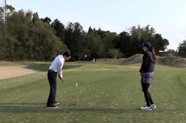 画像: ボール位置を変えてアプローチするジョニ男。ピン側1メートルにつけるミラクルショットに。