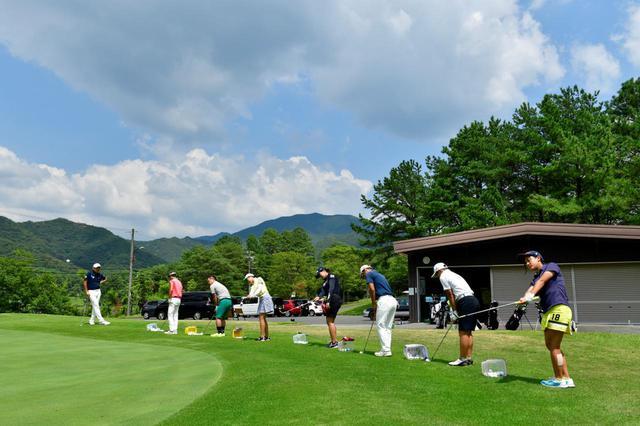 画像: 兵庫県にあるパインレークGGでアカデミーを主宰している青木コーチ。ジュニアゴルファーたちが自主的に考え、自分で成長する指導を常に心がけている