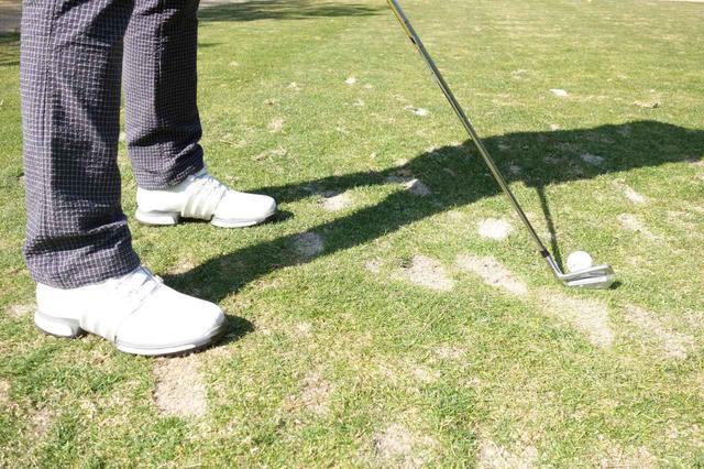 画像: ショートホールのティイングエリアなど、多くのゴルファーがショットを打つ地点ではディボット跡が一面に広がっていることもある