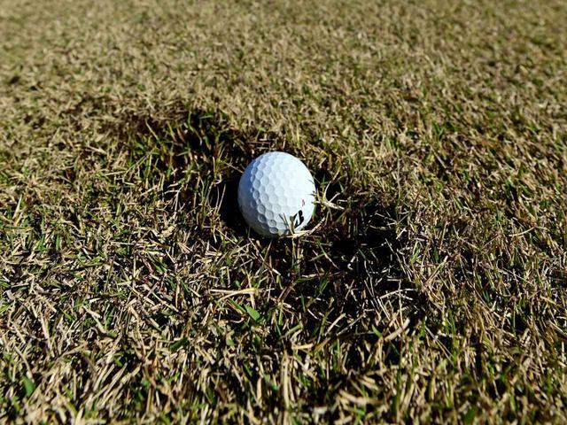 画像: ディボット跡が適切に修復されていない場合、ボールが埋まってしまう
