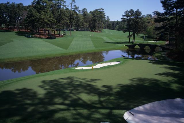 画像: 奥からティ方向を見ると奥行きの狭いグリーンの幅がよくわかる