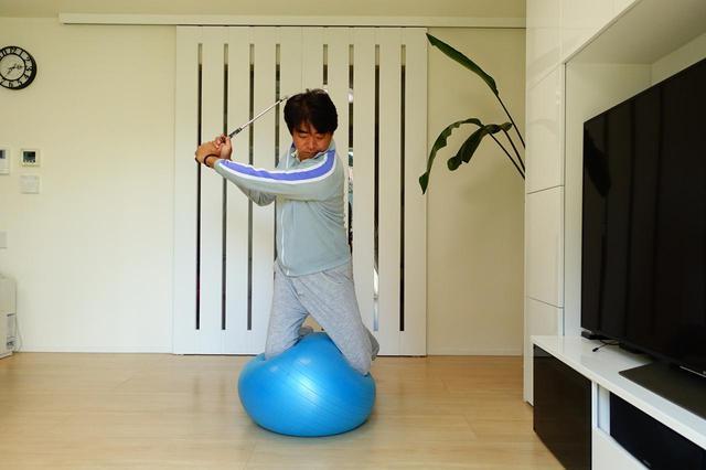 画像: 画像C バランスボールにひざ立ちして素振りするなど工夫次第で練習方法は無限に広がる