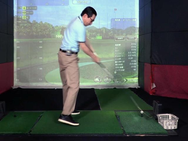 画像: レッスン前のジョニ男のスウィング。小澤によれば、芯でボールをとらえることはできているが、腕の振りが遅いという