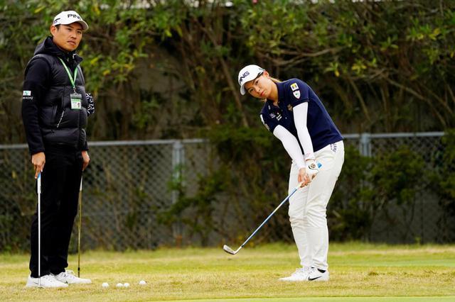 画像: 平らなライからのアプローチ練習をツアー会場でも行っている渋野日向子(右)(写真は2019年の LPGAツアーチャンピオンシップリコーカップ 撮影/岡沢裕行)