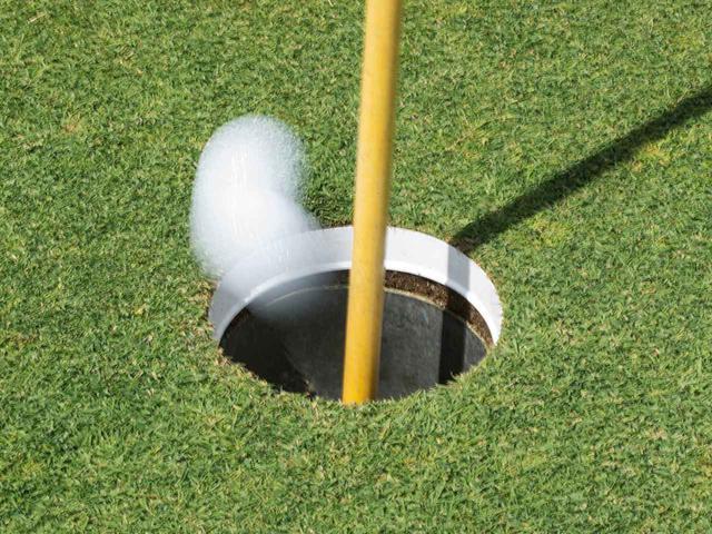 画像: その絶妙としかいえないサイズでゴルファーを悩ませるホールカップ。その大きさは、「セントアンドリュース市の水道管」のサイズだった