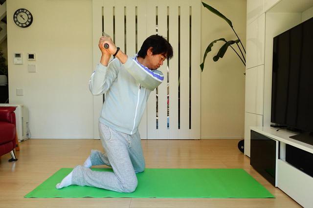 画像: 画像D ひざ立ちして素振りすることで体の傾きや腕の通り道、フェース向きなど確認できることは多い