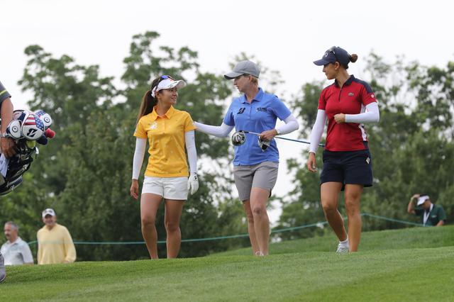 画像: 練習ラウンドを共にするカリー・ウェブ(左)と宮里藍(右)(写真は2017年の全米女子オープン 写真/南しずか)
