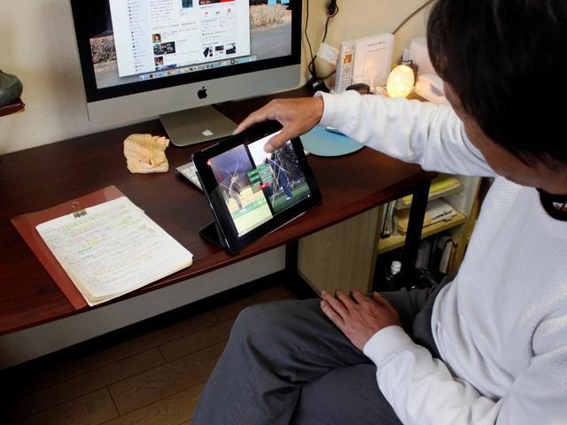 画像: ノートを見ながらiPadで自分のスウィング動画を研究。そこで気づいたこともノートに書いて練習で試すことを繰り返していると井坂さんは言う