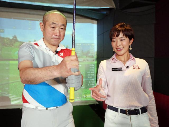 画像: クラブを短く握ることで手首の動きを抑えられ、アプローチが安定する