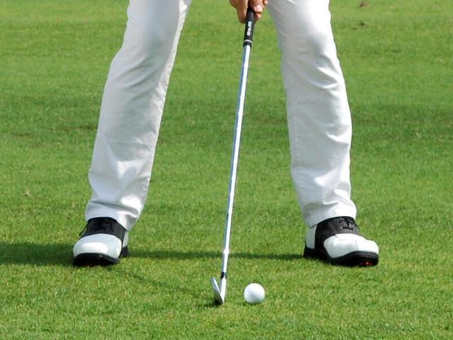 画像: ロングアイアンの場合は、ボール位置は体の中心よりボール半分から1個分左側に置こう