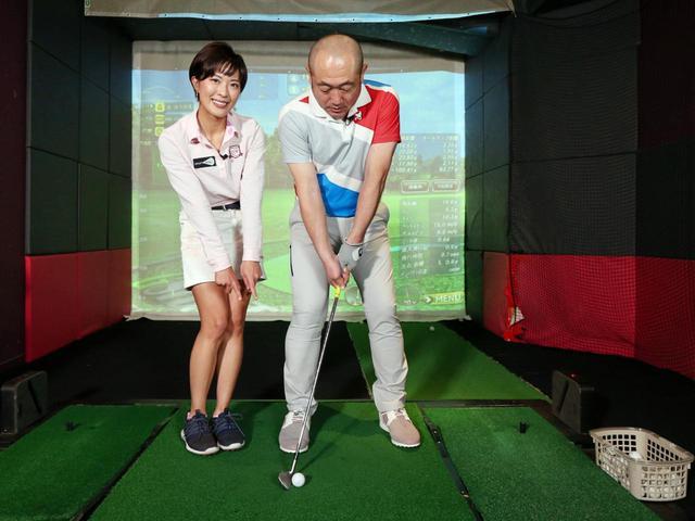 画像: 低く転がすアプローチを打つためには、ボールを右足寄りに置こう