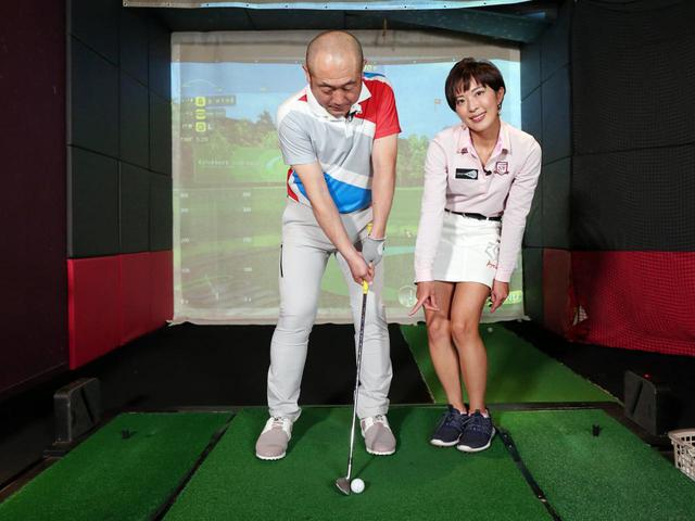 画像: 上げるアプローチの際は、ボール位置は左足寄りに置こう