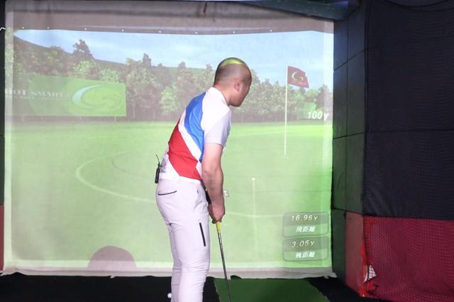 画像: シミュレーションゴルフで20ヤードのアプローチに挑戦するも、やすの結果は16.96ヤードとショート気味