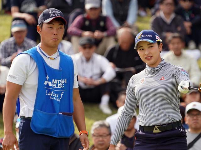 画像: 多くの女子プロのバッグを担ぐプロキャディ・木村翔(左)。小祝さくら(右)や勝みなみの初優勝を支えた(写真は2019年の三菱電機レディス 撮影/大澤進二)