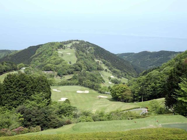 画像: 日本のコースは高地に作られている場合が多く、コース内に高低差ができやすい(写真は小田原城カントリー倶楽部)