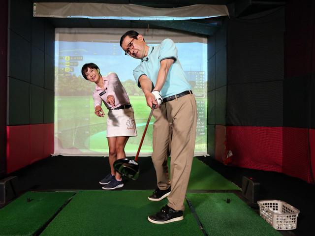 画像: 背骨を右に傾けることでインサイドアウト軌道でクラブが振りやすくなる