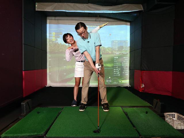 画像: 肩幅よりも開いていたスタンス幅を狭めに改善。さらに上半身を右に傾ける