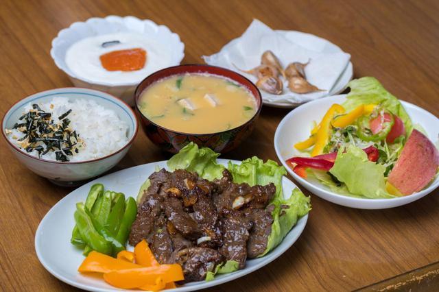 画像: 植杉家の食事は栄養を重視しつつ、ほぼ毎日肉料理が並んでいるという(撮影/田中宏幸)