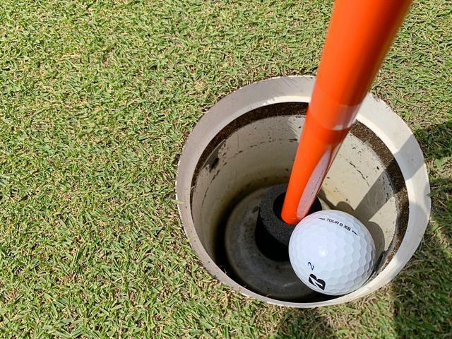 画像: 旗竿の根元にスポンジが装着されていることでボールがカップ深くに入り込まずに取り出しやすくなっている