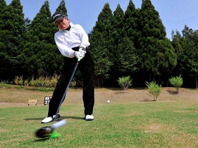 画像: エージシュート1472回の大記録を達成し、現在も更新を続ける鉄人ゴルファー・植杉乾蔵氏。乾蔵氏は健康長寿、そして飛距離アップのために正しい姿勢を心がけていると妻の千枝子氏は言う(写真は2010年 撮影/松岡誠一郎)(写真は2011年 撮影/有原裕晶)