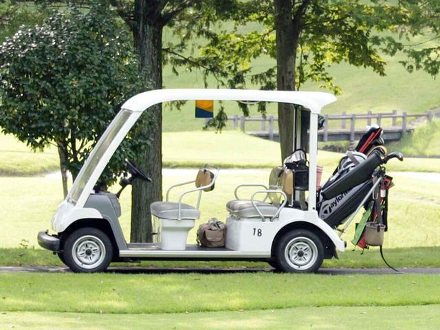 画像: 多くのゴルフコースで電動式のゴルフカートが採用されている(撮影/小林司)