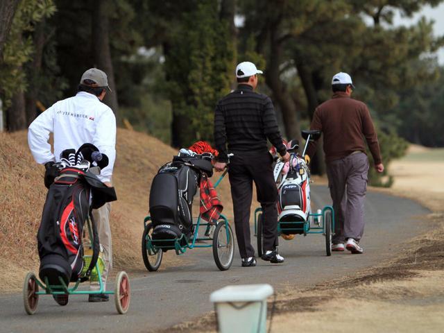 画像: キャディバッグを積んで、歩いて手引きする「手引きカート」(撮影/阿部了)